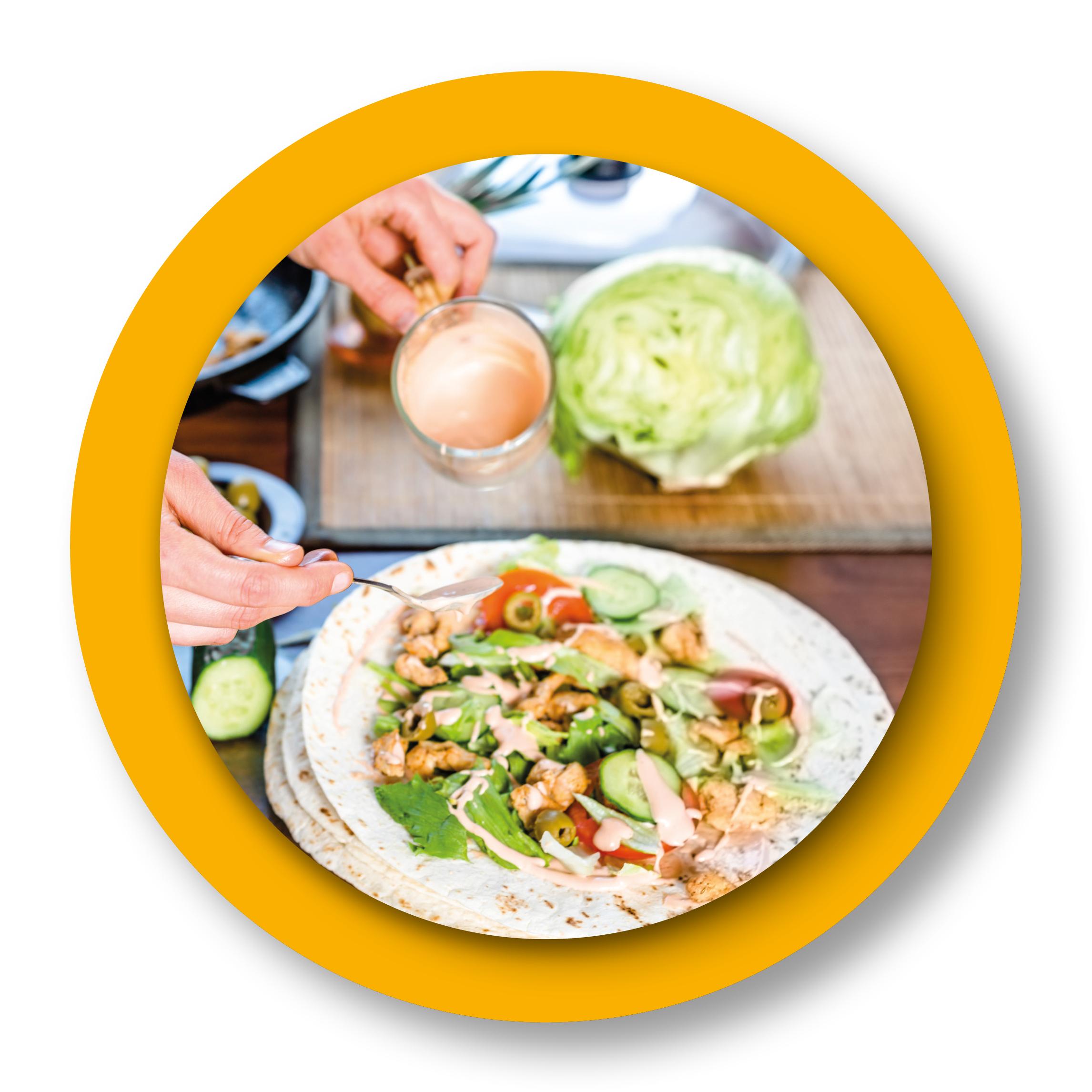 préparation d'une salade sur burritos